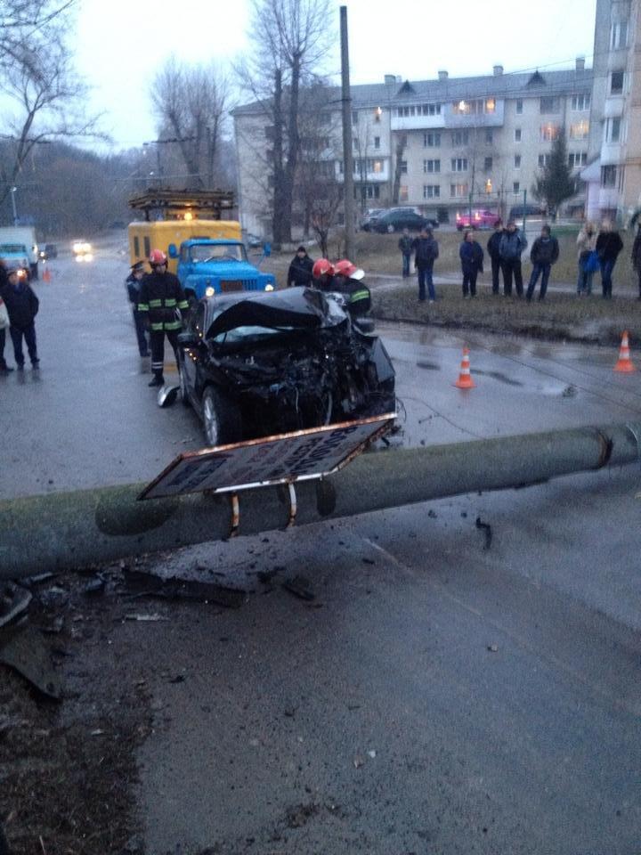 У Тернополі водій на швидкості зніс електроопору, є потерпілі (Фото, відео), фото-5