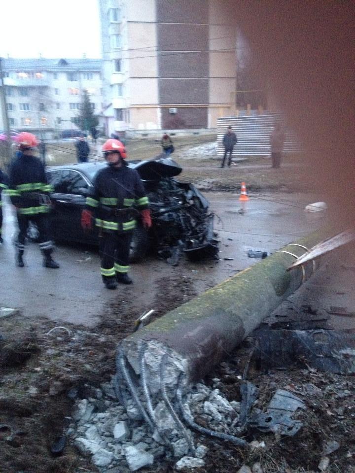 У Тернополі водій на швидкості зніс електроопору, є потерпілі (Фото, відео), фото-4