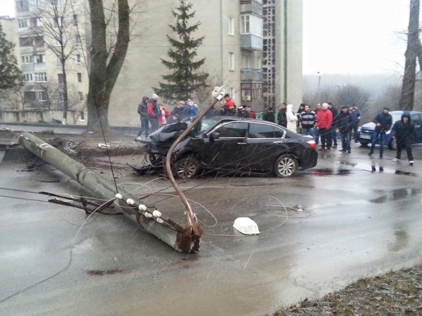 У Тернополі водій на швидкості зніс електроопору, є потерпілі (Фото, відео), фото-3