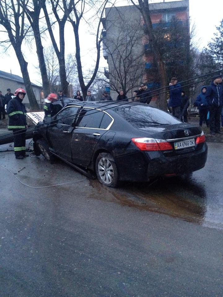У Тернополі водій на швидкості зніс електроопору, є потерпілі (Фото, відео), фото-6