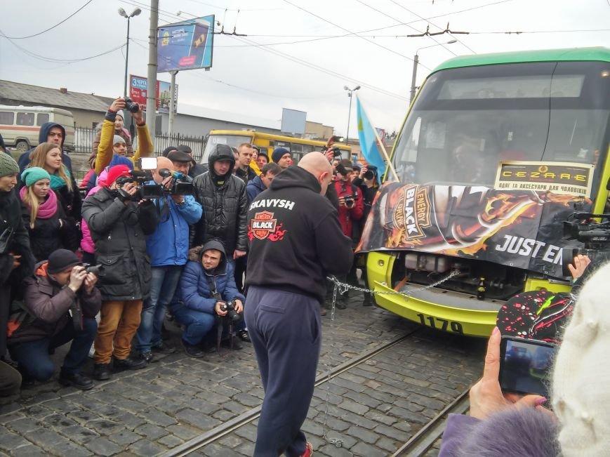 Як львів'янин тягнув зубами трамвай на вулиці Городоцькій (ФОТО+ВІДЕО), фото-2