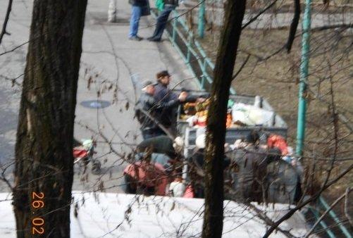 В Першотравенске люди рылись в мусорке, чтобы достать выкинутые супермаркетом апельсины (фото) - фото 1