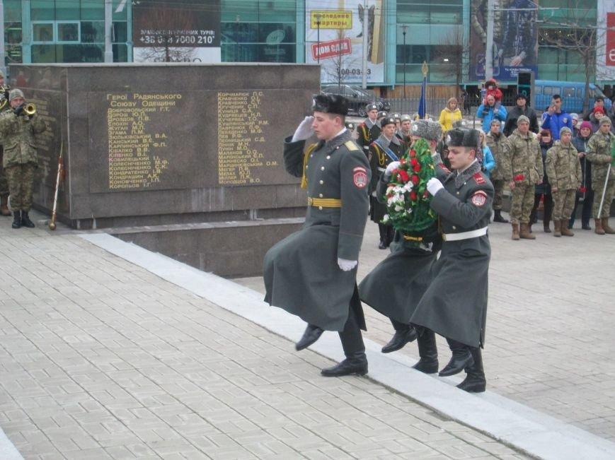 1497e416f3660033d6273ba12abaca0b В Одессе на площади 10-го апреля поздравили выпускников военной академии
