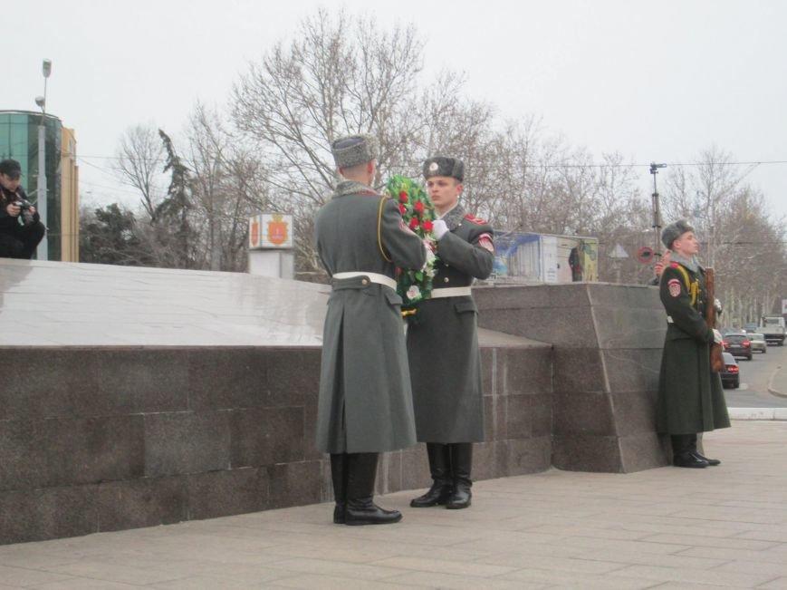 4fe39b9e7204fe0698538a3c76ce61ce В Одессе на площади 10-го апреля поздравили выпускников военной академии