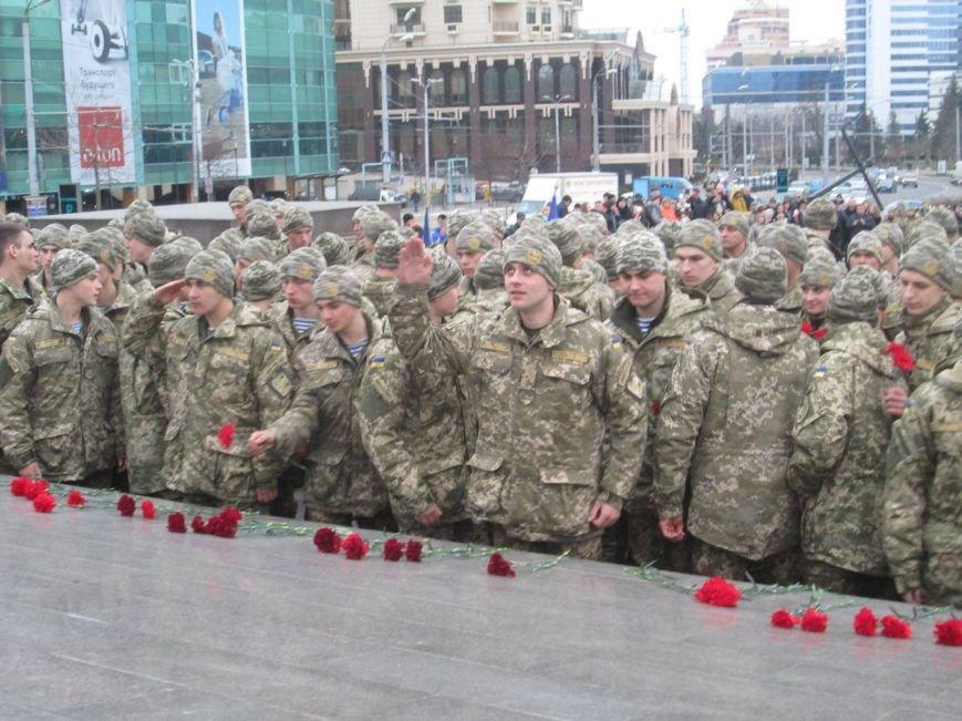 a075d84ae99974cf25c69dc240c52914 В Одессе на площади 10-го апреля поздравили выпускников военной академии