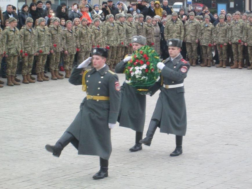 a878f0861e993d260f054a611ff3ed1d В Одессе на площади 10-го апреля поздравили выпускников военной академии