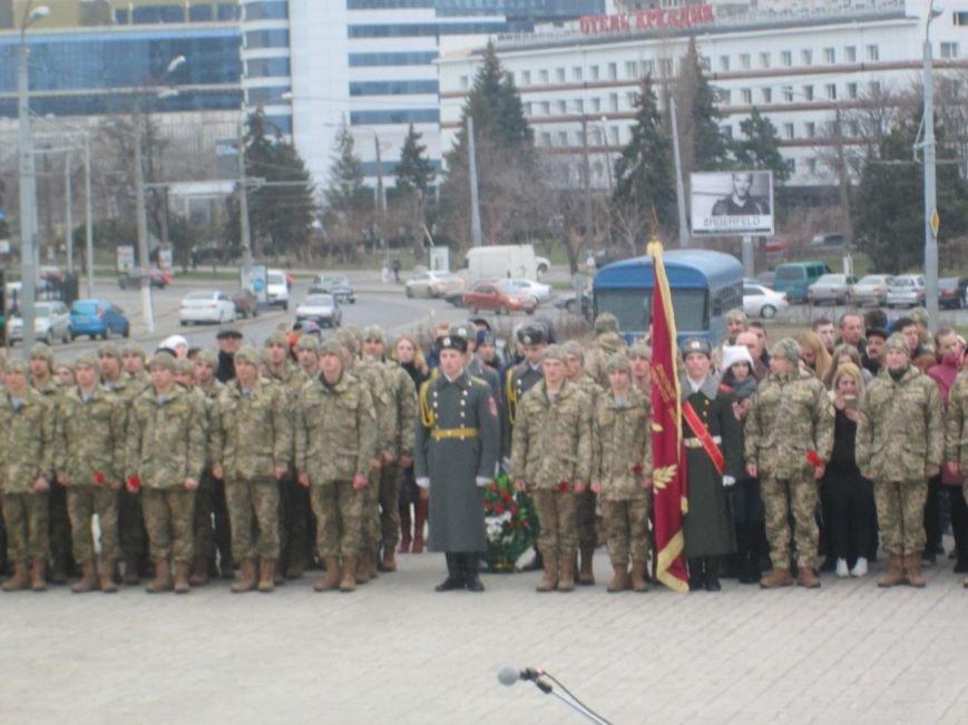 ade184343abb33a77c49336c16e447c2 В Одессе на площади 10-го апреля поздравили выпускников военной академии