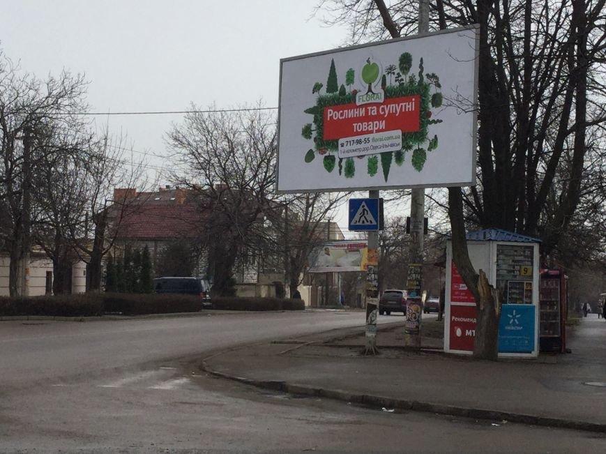 На роковом перекрестке в Одессе водителей отвлекает рекламный баннер (ФОТО) (фото) - фото 1