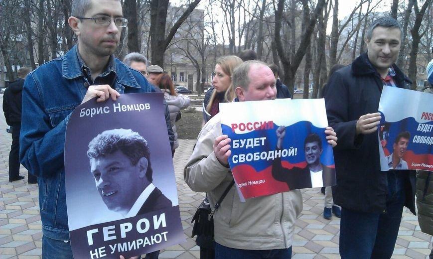 Свыше ста ростовчан пришли на митинг в память о Борисе Немцове (фото) - фото 2