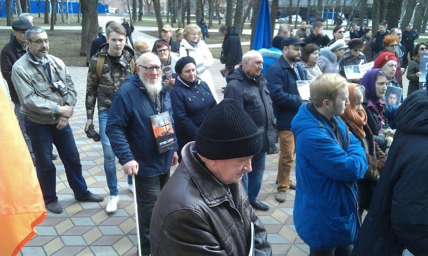 Свыше ста ростовчан пришли на митинг в память о Борисе Немцове (фото) - фото 1