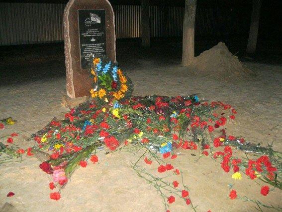 В Харькове вандалы из Донецка пытались разрушить стелу погибшим евромайдановцам (ФОТО) (фото) - фото 1