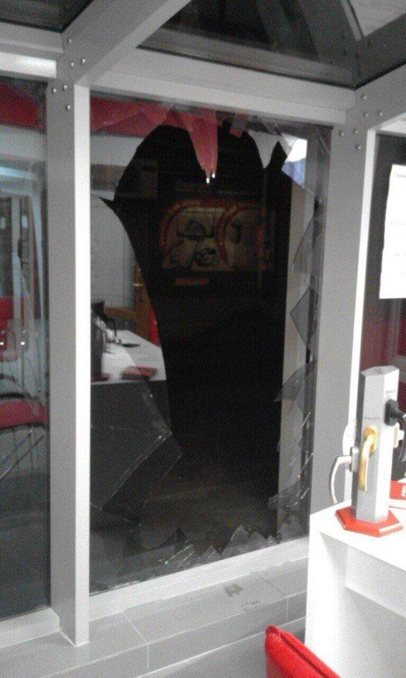 У центрі Тернополя серед ночі пограбували салон-магазин вікон (фото) (фото) - фото 1