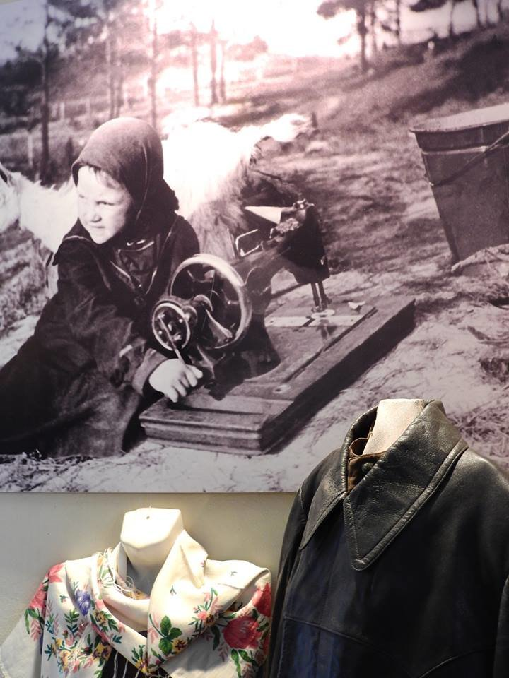 Рубашки Петра Машерова и Петруся Бровки, платье Евдокии Лось. В Витебске открылась выставка винтажной одежды «Мода из комода», фото-1