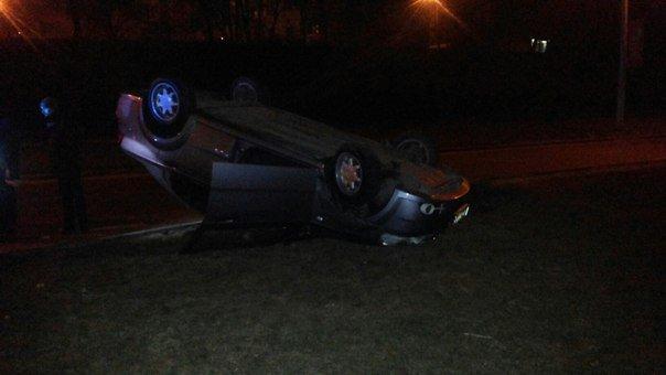 Вночі у Львові автомобіль перекинувся автомобіль: з'явилися перші фото з місця події (фото) - фото 2