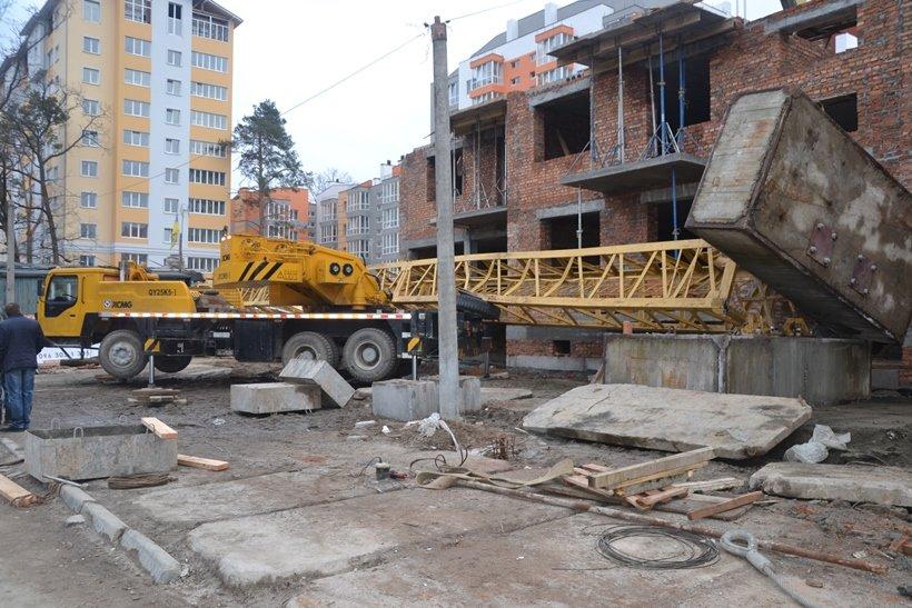 Под Киевом на стройке упал башенный кран, один человек погиб (ФОТО) (фото) - фото 1