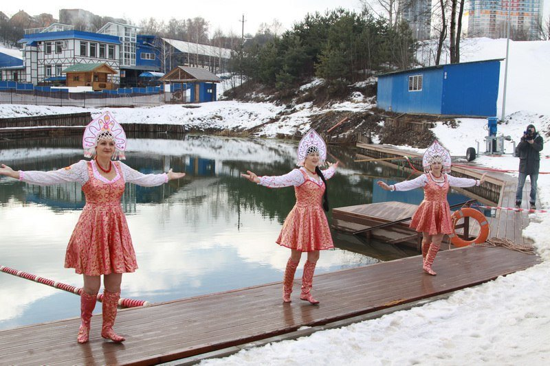 Девушки в кокошниках искупались в озере на спортивном фестивале (фото) - фото 4