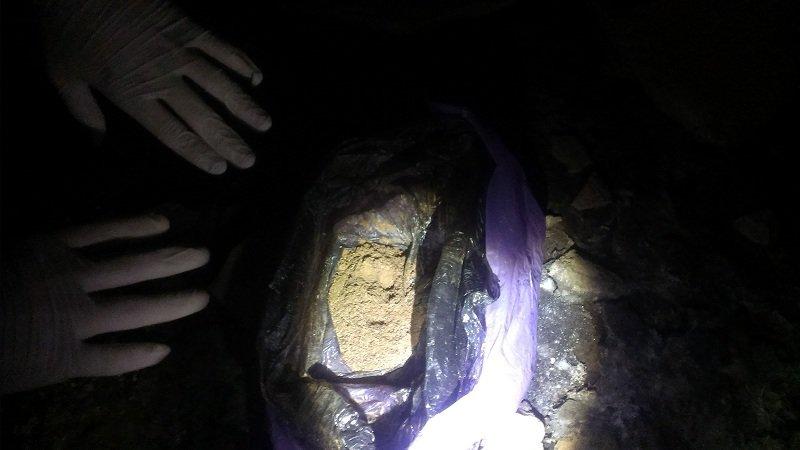 В прифронтовом Светлодарске полицией в подвале многоэтажки изъят арсенал боеприпасов и наркотики (фото) - фото 1