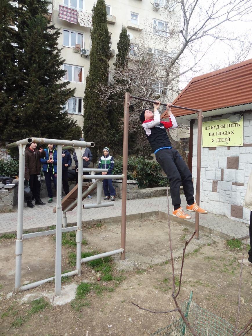 Воспитанники подростково-молодежного центра Ялты показывают свою силу, знания и умения (фото) - фото 1