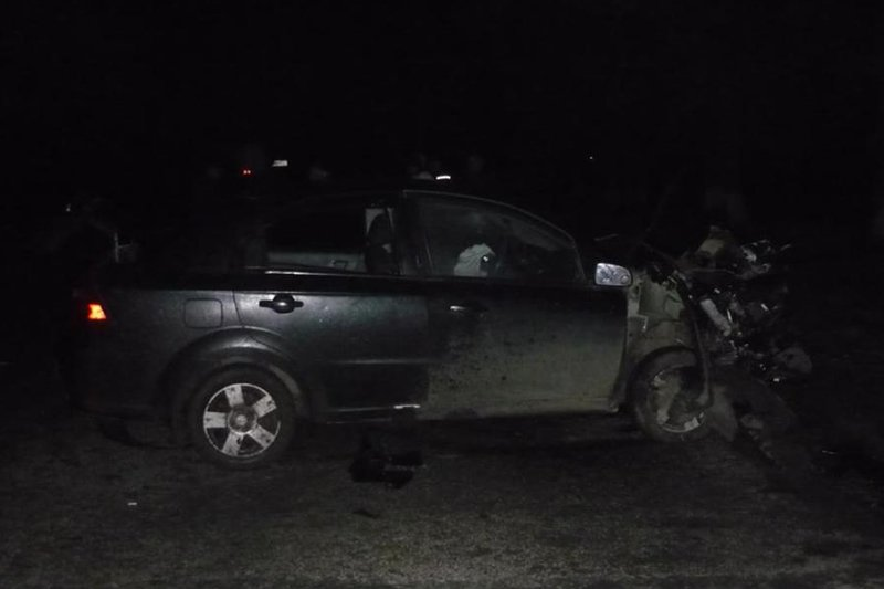 Белгородка на иномарке протаранила стоящий на обочине автомобиль (фото) - фото 1