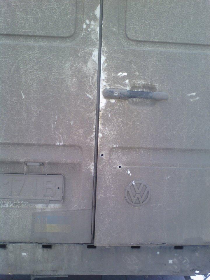 Машину франківських волонтерів, які везли допомогу на передову, обстріляли в дорозі, фото-1