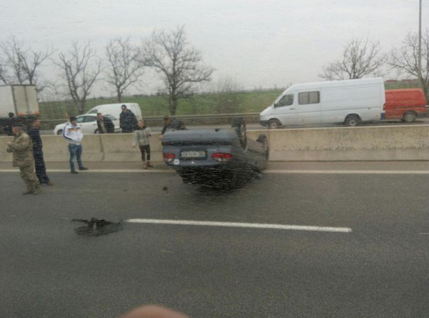 На въезде в Одессу легковушка врезалась в отбойник и перевернулась (ФОТО) (фото) - фото 1