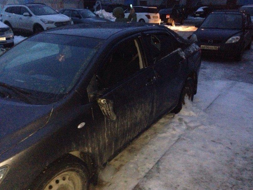 Льдина, упавшая с крыши дома, повредила 3 автомобиля (фото) - фото 1