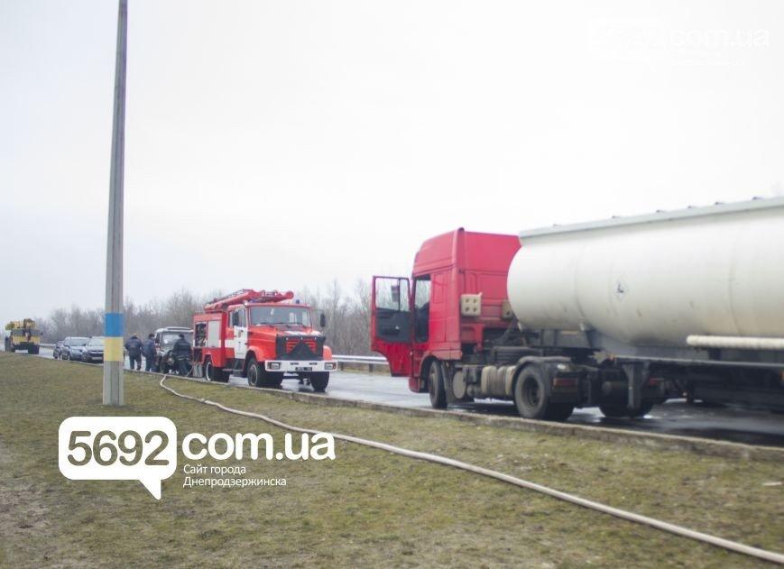В ДТП с бензовозом на Новом мосту в Днепродзержинске произошла утечка 2 тонн топлива (фото) - фото 1