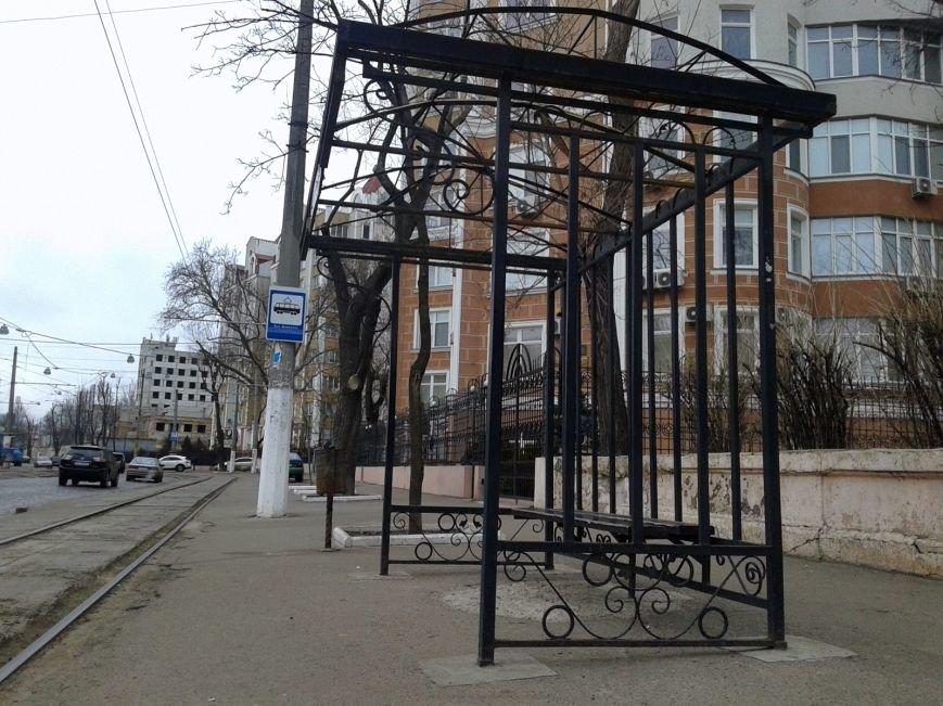 Руки оторвать. Вандалы оставили от остановки в Одессе только скелет (ФОТО) (фото) - фото 1