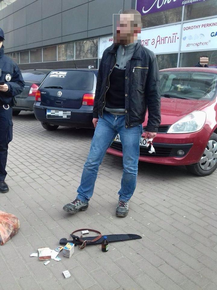Поліцейські показали мачете, якими чоловік в Ужгороді вбив собаку (фото) - фото 2
