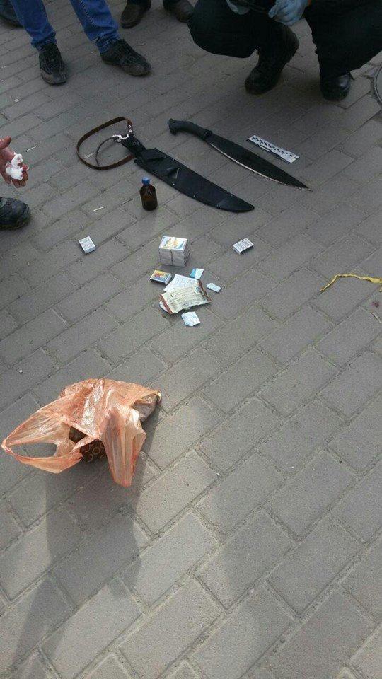Поліцейські показали мачете, якими чоловік в Ужгороді вбив собаку (фото) - фото 1