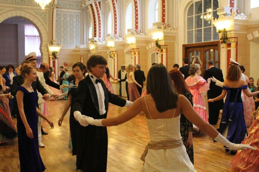 Жители Ялты посетили костюмированный бал (фото) - фото 1