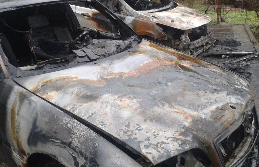 В Ялте под сгоревшие автомобили клали взрывпакеты (фото) - фото 1