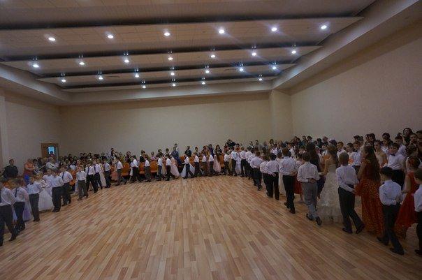 В школе №335 открыли сезон балов: школьники узнали, что такое менуэт и падепатинер (фото) - фото 1