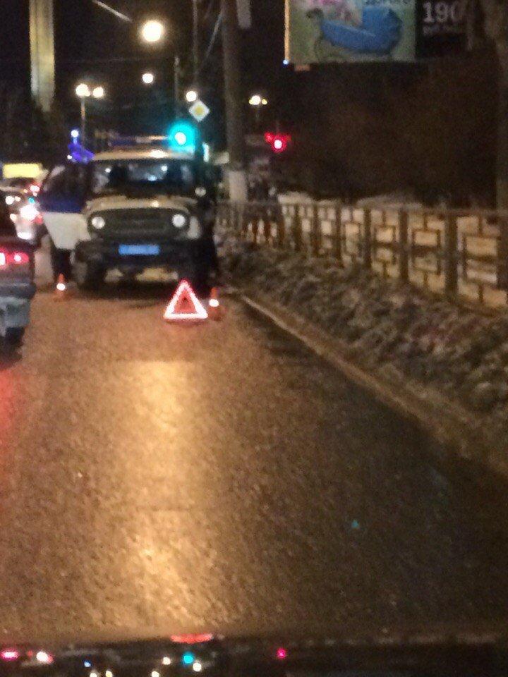 В Твери мерседес с подмосковными номерами протаранил полицейскую машину (фото) - фото 1