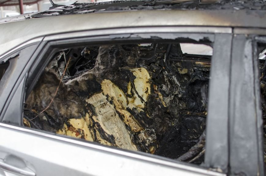 На автостоянке в Днепродзержинске огонь уничтожил 1 автомобиль и повредил 3 авто, стоящих рядом, фото-8