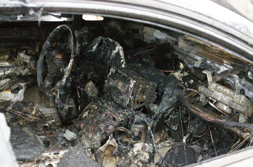 На автостоянке в Днепродзержинске огонь уничтожил 1 автомобиль и повредил 3 авто, стоящих рядом, фото-7