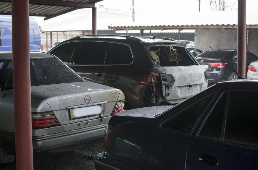 На автостоянке в Днепродзержинске огонь уничтожил 1 автомобиль и повредил 3 авто, стоящих рядом, фото-2