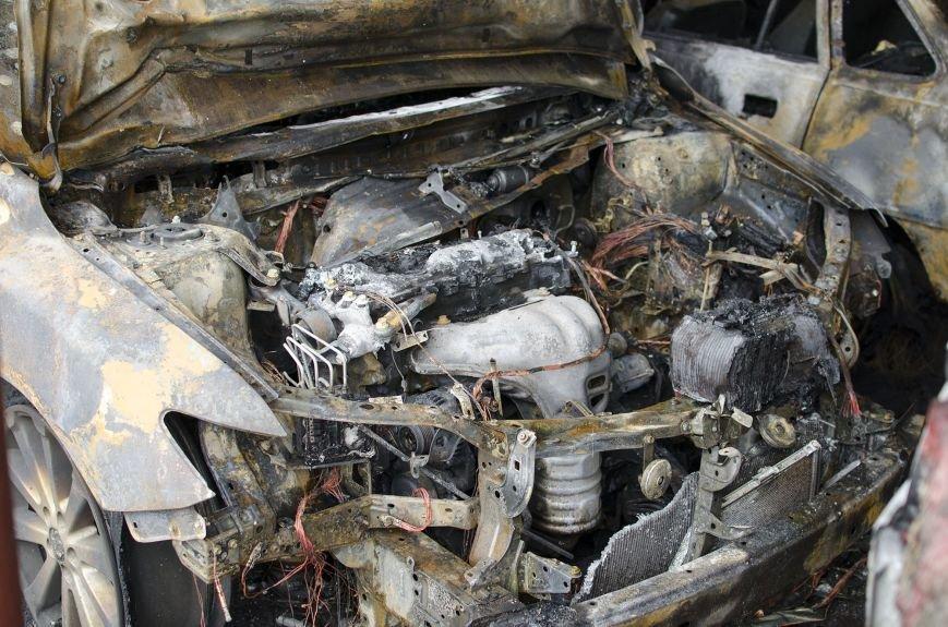 На автостоянке в Днепродзержинске огонь уничтожил 1 автомобиль и повредил 3 авто, стоящих рядом, фото-6