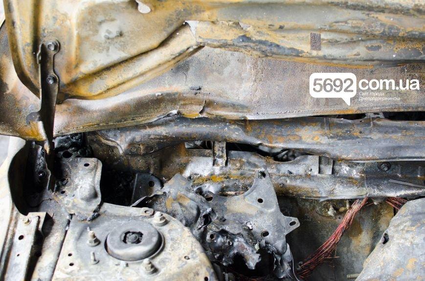 На автостоянке в Днепродзержинске огонь уничтожил 1 автомобиль и повредил 3 авто, стоящих рядом, фото-11
