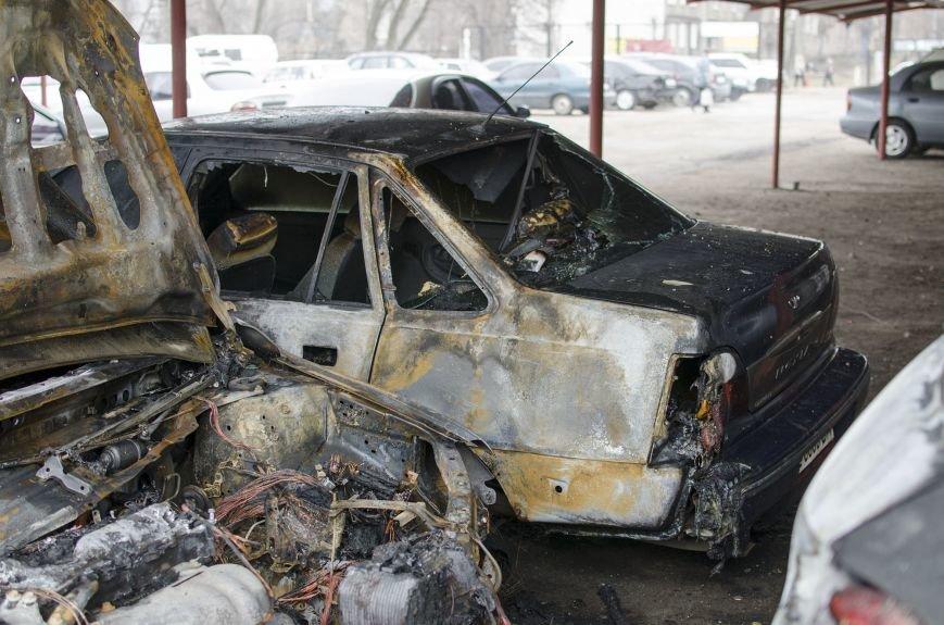 На автостоянке в Днепродзержинске огонь уничтожил 1 автомобиль и повредил 3 авто, стоящих рядом, фото-5