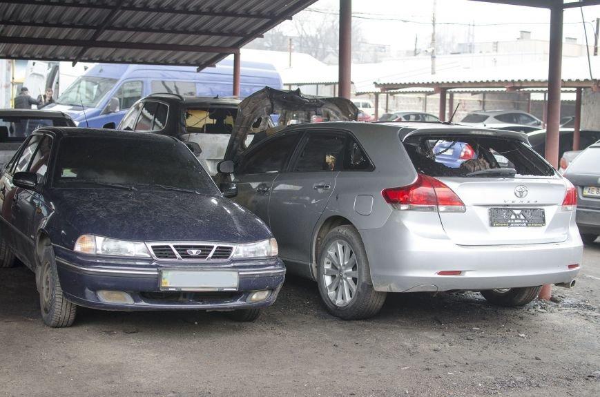 На автостоянке в Днепродзержинске огонь уничтожил 1 автомобиль и повредил 3 авто, стоящих рядом, фото-1