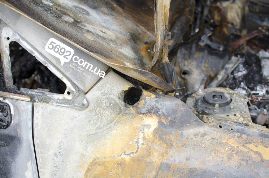 На автостоянке в Днепродзержинске огонь уничтожил 1 автомобиль и повредил 3 авто, стоящих рядом, фото-10