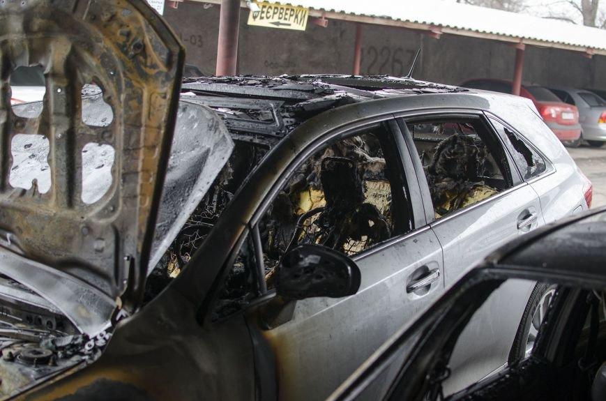 На автостоянке в Днепродзержинске огонь уничтожил 1 автомобиль и повредил 3 авто, стоящих рядом, фото-9