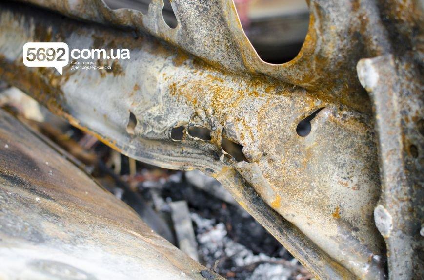 На автостоянке в Днепродзержинске огонь уничтожил 1 автомобиль и повредил 3 авто, стоящих рядом, фото-12