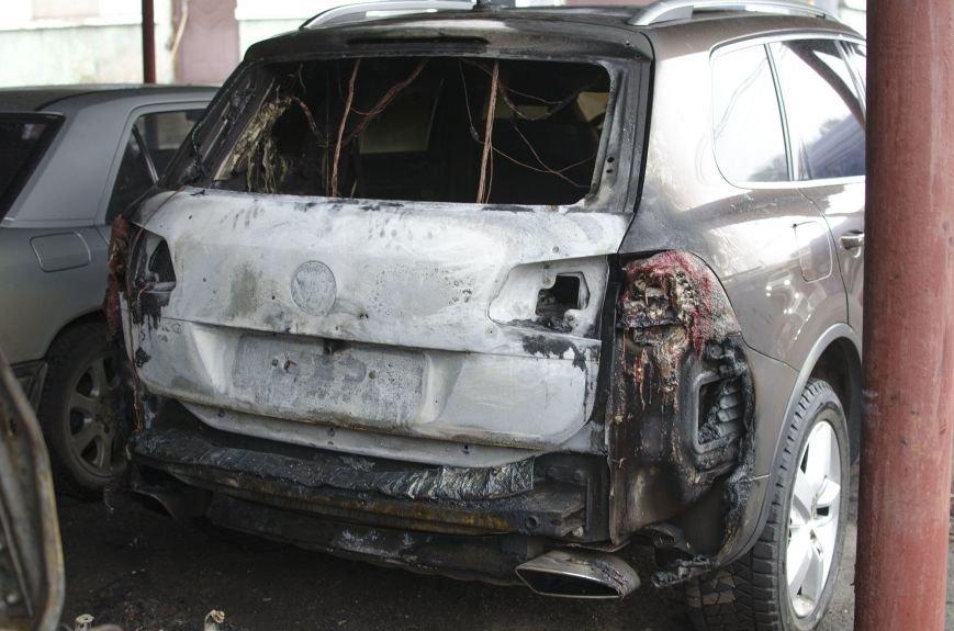 На автостоянке в Днепродзержинске огонь уничтожил 1 автомобиль и повредил 3 авто, стоящих рядом, фото-4