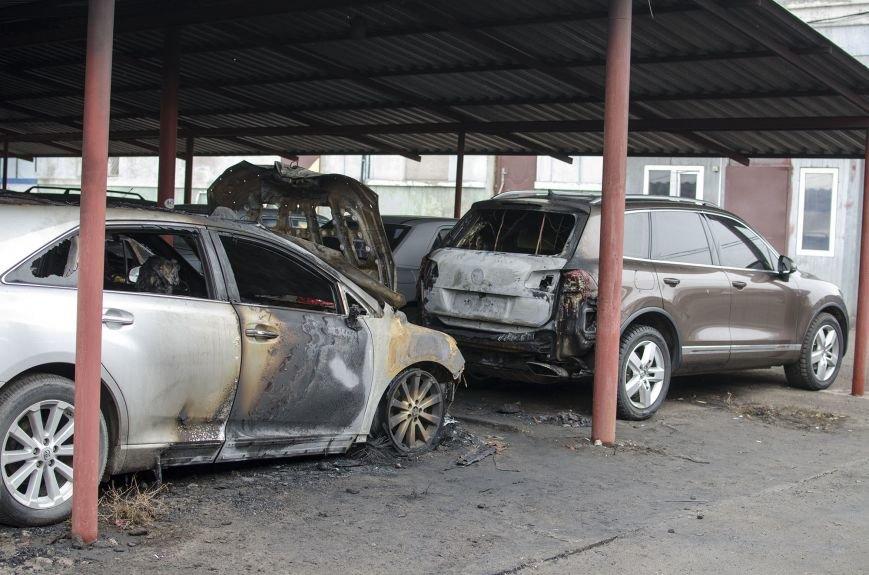 На автостоянке в Днепродзержинске огонь уничтожил 1 автомобиль и повредил 3 авто, стоящих рядом, фото-3
