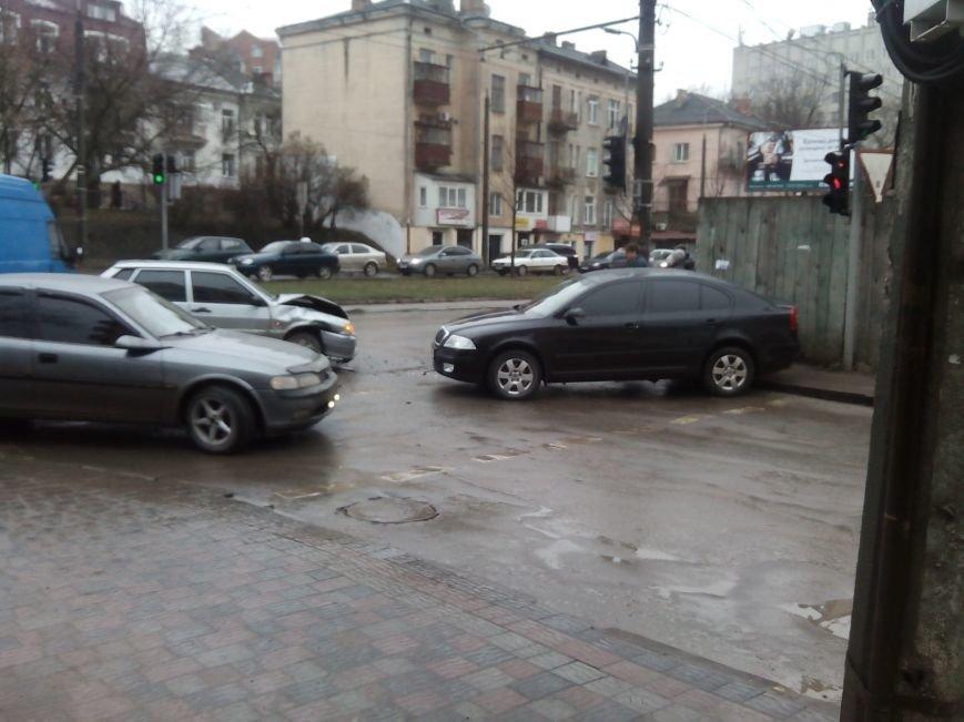 У Тернополі лоб в лоб зіткнулися два автомобілі (Фото) (фото) - фото 2