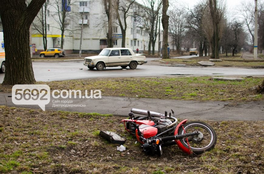 В Днепродзержинске столкнулись ВАЗ и мотоцикл: есть пострадавшие (фото) - фото 2