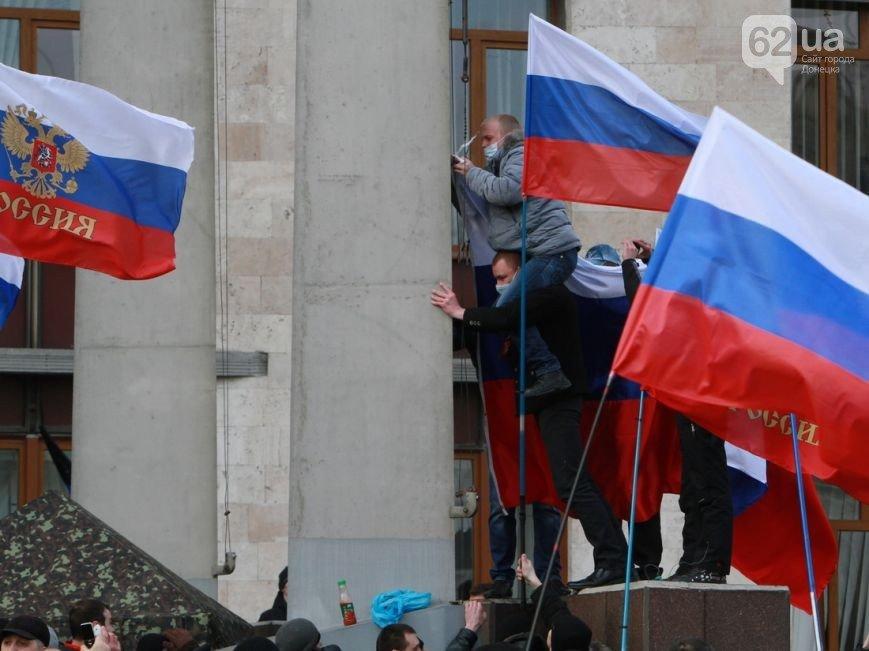 Начало «русской весны» в Донецке - два года назад с Донецкой ОГА впервые сорвали украинский флаг (ФОТО, ВИДЕО) (фото) - фото 1
