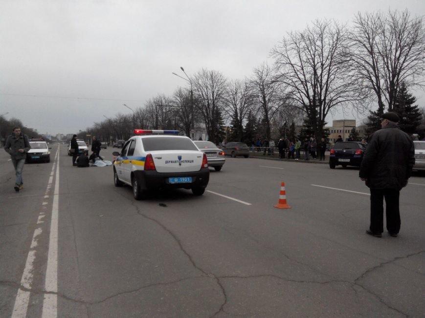 Криворожанин, переходивший дорогу вместе с другом, попавшим под колеса автомобиля, стоя на коленях плакал над его телом (ФОТО 18+), фото-3